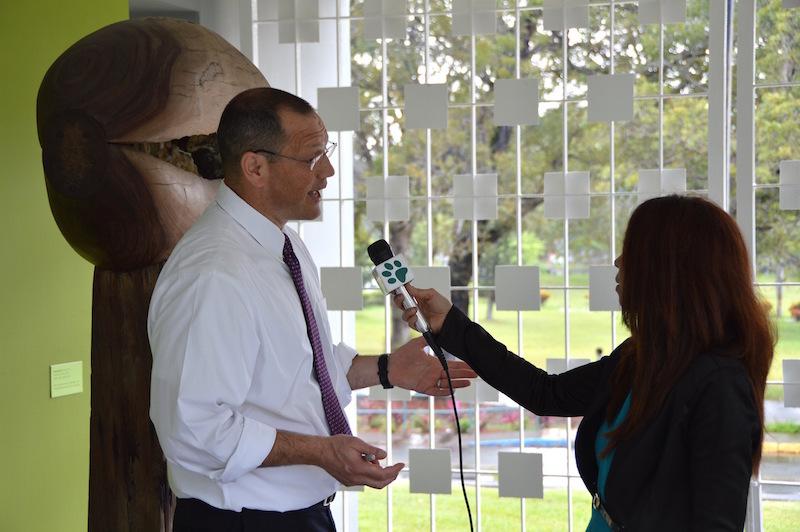Lemov siendo entrevistado por la prensa de UPRM