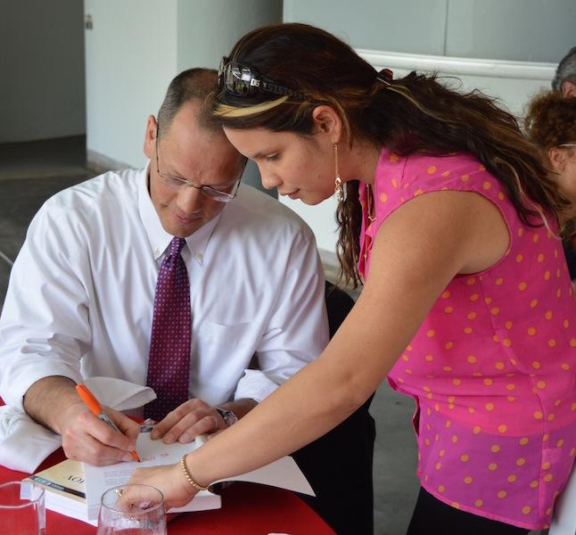 Doug Lemov firmando su libro con la Dra. Olgamary Rivera
