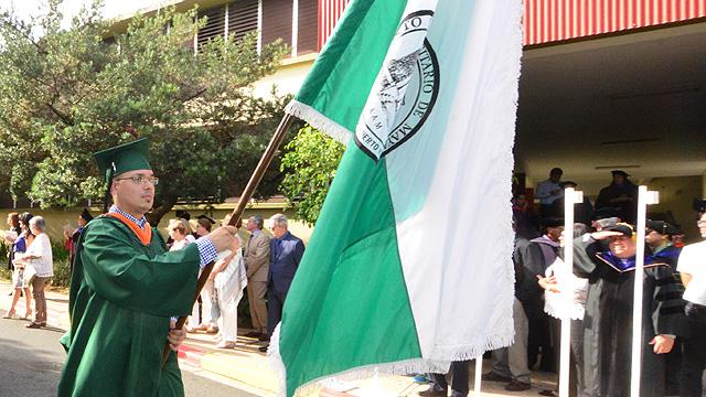 Bandera del RUM en desfile sesión de la mañana