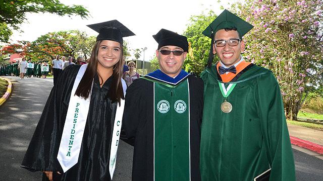 Presidenta CGE, Decano Interino de Estudiantes y presidente clase graduanda en desfile sesión de la mañana