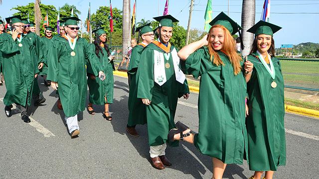Escuela Graduada en desfile sesión de la mañana