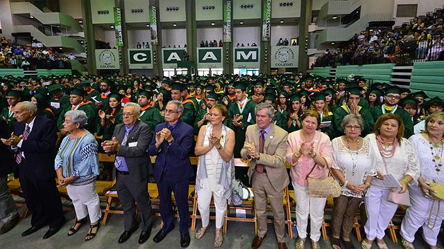 Padrinos de la clase graduada en ceremonia sesión de la mañana