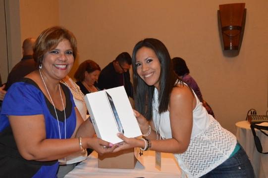 Profa. Carmen de León haciendo entrega de las iPads