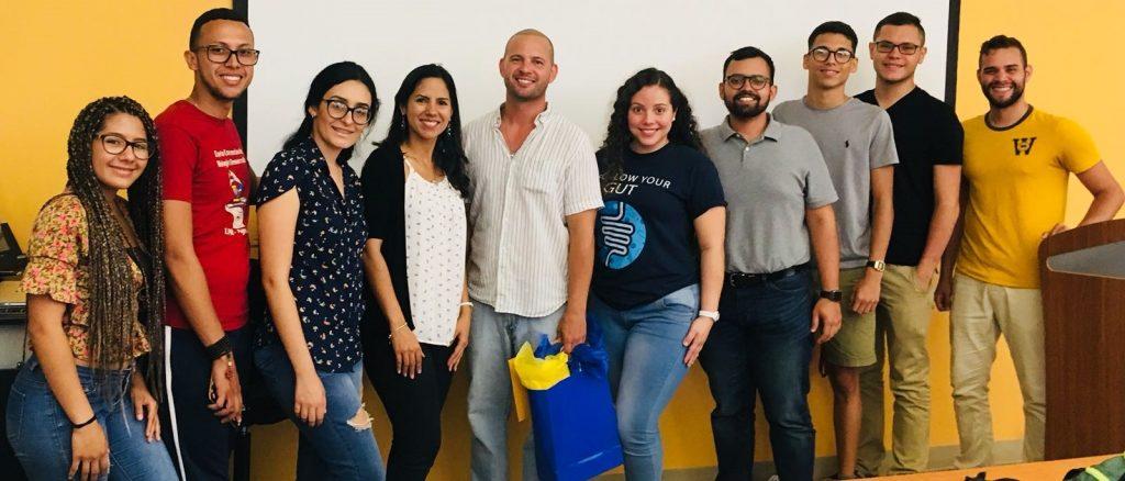 Dr. Jaime Curbelo con estudiantes.
