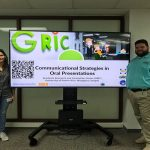 Edcel Cintrón and another student at the Communicational strategies in Oral presentations activity.