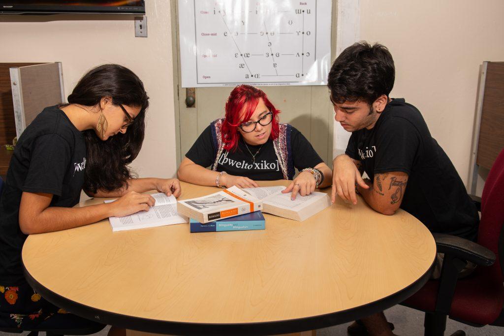estudiantes leyendo