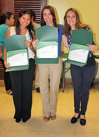 En el centro, la doctora Saylisse Dávila, junto a dos participantes de REU.<br>Archivo/Prensa RUM