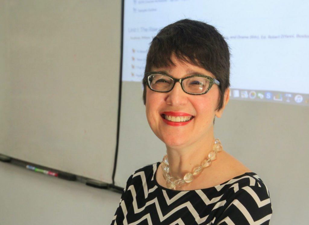La doctora Ricia Chansky, catedrática del Departamento de Inglés, es una de las editoras del libro Mi María: Surviving the Storm, una colección de relatos de sobrevivientes, proyecto que se gestó en sus clases. (Suministrada)